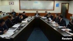 지난 12일 북한의 핵실험 뒤 한국 청와대에서 긴급국가안전보장회의를 주재하고 있는 이명박 대통령(가운데).