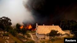 加州野火逼近一处民宅