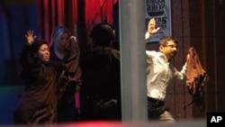 16일 인질극이 벌어진 호주 시드니의 카페에서 인질들이 구출되어 나오고 있다.