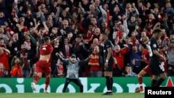 Roberto Firmino de Liverpool jubile après avoir marqué le troisième but de son équipe contre le PSG en match de la ligue des champions, Liverpool, Grande-Bretagne, 18 septembre 2018.