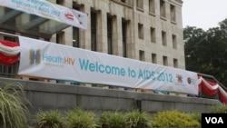 Spanduk bertuliskan selamat datang bagi para peserta Konferensi AIDS di Washington DC (Foto: Iscar Blanco/VOA)