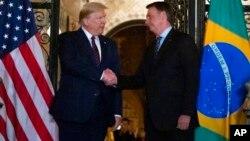 Tổng thống Mỹ Donald Trump bắt tay với Tổng thống Brazil Jair Bolsonaro, 7/3, tại Palm Beach, Florida