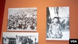 2015年7月1日在北京开幕的《与共和国同命运》知青展览中有下乡知识青年习近平的图片(美国之音林森在参观展览时拍摄)
