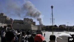 5일 예멘 사나에 위치한 국방부 단지에서 자살 폭탄 테러가 발생한 가운데, 사건 현장에서 연기가 올라오고 있다.