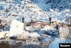 Tim SAR melakukan pencarian korban di lokasi longsor di Ask, Norwegia 4 Januari 2021. (NTB / Terje Pedersen via REUTERS)