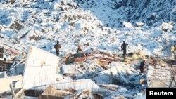 Tim SAR melanjutkan upaya pencarian korban di lokasi longsor di Ask, Norwegia 4 Januari 2021. (NTB / Terje Pedersen via REUTERS)