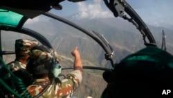 尼泊爾軍人正在地震災區尋找在救災期間失踪的美國海軍陸戰隊直升機(2015年5月14日)