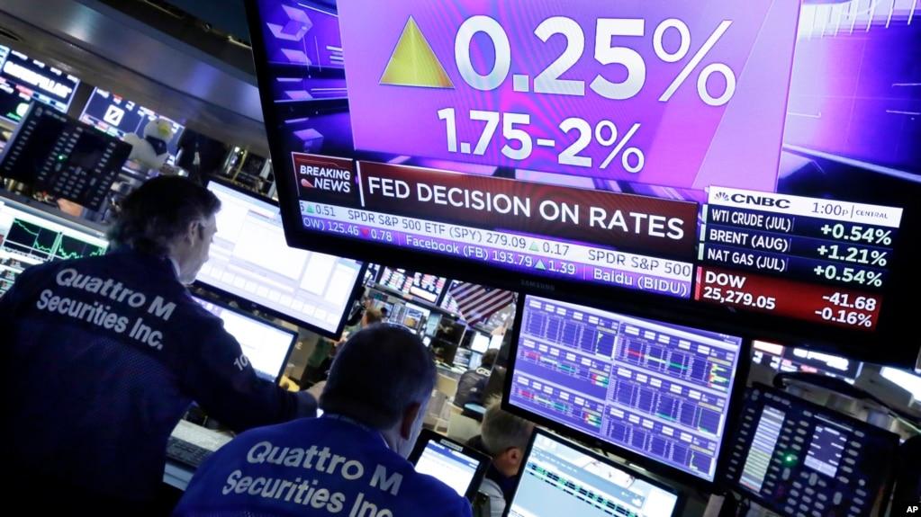 Archivo: Pantalla en la Bolsa de Valores de Nueva York refleja tasas de la Reserva Federal. Junio 13, 2018.