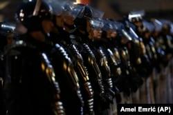 Kordon policije Republike Srpske u Banjaluci, 26. decembra 2018. (Foto: AP/Amel Emrić)