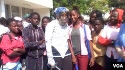 Juara anggar Ibtihaj Muhammad bersama murid-murid sekolah khusus perempuan John F. Kennedy di Dakar (7/2). (Jennifer Lazuta/VOA)