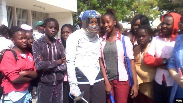 Fencing champion Ibtihaj Muhammad tells students at the John F. Kennedy all-girls school in Dakar that they can do anything they believe in, Feb. 7, 2014. (Jennifer Lazuta/VOA)