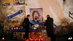 Građani u Napulju pale svijeće za preminulog Maradonu.