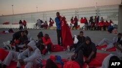 Les migrants rescapés en mer attendent d'être transférés au port d'Algésiras, Espagne, le 28 juillet 2018.