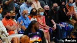 ARHIVA Gledaoci sa maskama gledaju NBA utakmici Denver Nagets i Finiks Sansa, 9. juna 2021.