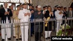 صدر آصف علی زرداری اور گورنر سندھ مزار قائد پر فاتحہ خوانی کررہے ہیں۔