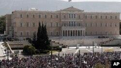 ພວກປະທ້ວງຊາວກຣີສ ຢູ່ຕໍ່ໜ້າຕຶກລັດຖະສະພາ ທີ່ນະຄອນຫຼວງ Athen ຂອງປະເທດກຣີສ