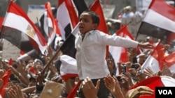 """Ribuan demonstran mengikuti aksi protes untuk """"menyelamatkan revolusi"""" di Lapangan Tahrir, Kairo, Jumat (1/4)."""
