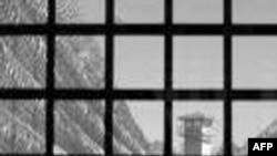 Một Phát ngôn viên đặc trách các hoạt động trông coi nhà tù của quân đội Mỹ nói rằng tất cả tù nhân tại các trung tâm giam giữ của Hoa Kỳ đều được đối xử phù hợp với luật Hoa Kỳ và quốc tế