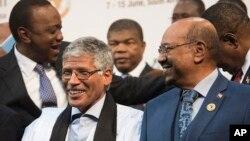 Le président soudanais Omar el-Béchir, à droite, au sommet de l'Union africaine à Johannesburg, le dimanche 14 juin 2015.