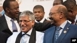 Le président soudanais Omar el-Béchir, à droite, au sommet de l'Union africaine à Johannesburg, le dimanche 14 Juin à 2015. (AP Photo/Shiraaz Mohamed)