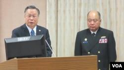 台湾国防部长严明(左一)1月5号于立法院接受质询(美国之音张永泰拍摄)