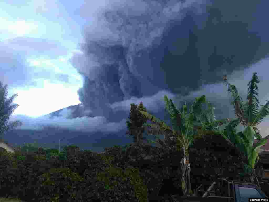 دهانۀ آتشفشانی گونونگ در اندونیزیا بار دیگر فعال شد، این دهانۀ آتشفشانی از سال ۲۰۱۳ به اینسو هر سال کم از کم یکبار فعال می شود