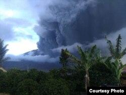 Gunung Sinabung kembali erupsi Selasa (7/5). Sejauh ini belum mengganggu operasi penerbangan di bandara, tetapi warga diminta waspada. (Courtesy: BNPB)