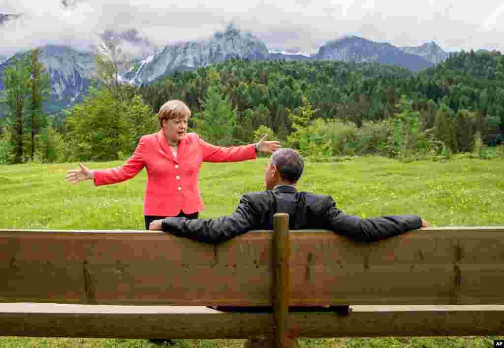 جرمنی کے ایک مقامی ہوٹل کے لان میں صدر براک اوباما اور جرمن چانسلر اینجیلا مرخیل آپس میں بات چیت کر رہے ہیں۔