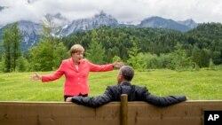 La canciller alemana, Angela Merkel, y el presidente estadounidense, Barack Obama, hablando en el hotel Schloss Elmau, cerca de Garmisch-Partenkirchen, Alemania, este lunes, 8 de junio de 2015.