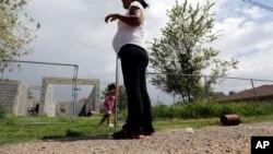 Žena, koja tvrdi da je u SAD ušla nelegalno, gleda svoju ćerku , rođenu u SAD, kako se igra u gradiću Saliven Siti u Teksasu, 16. septembra 2015. godine (Foto: AP/Eric Gay)