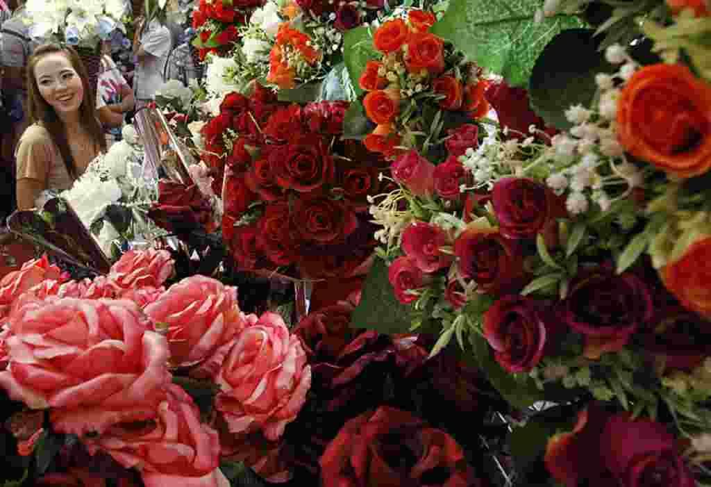 Bungar mawar memenuhi sebuah toko bunga di Bangkok, 14 Februari 2012 (Reuters).