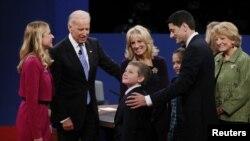 İki aday da tartışmanın başında ve bitiminde medeni bir şekilde el sıkıştı, tartışma sonunda adayların aileleri podyuma çıkarak birbirleriyle sohbet etti