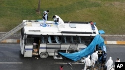 Một chiếc xe cảnh sát bị thiệt hại sau vụ nổ bom gần văn phòng của đảng cầm quyền Thổ Nhĩ Kỳ tại Istanbul, ngày 1/3/2012