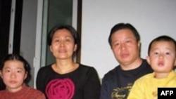 高智晟与妻子和孩子在一起