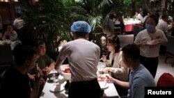2020年5月7日,新冠病毒疫情過後,顧客在一家北京餐館用餐。