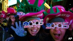 Dân chúng đón mừng năm mới ở Quảng trường Thời Đại, New York, ngày 31/12/2014.