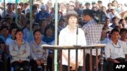 Bị cáo: Nữ học sinh Phạm Thị Mỹ Linh trước tòa ngày 23/8/2011