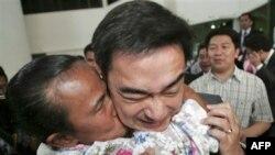 Một ủng hộ viên ôm hôn Thủ tướng Thái Lan Abhisit Vejjajiva tại trụ sở của đảng Dân chủ ở Bangkok, ngày 29/11/2010