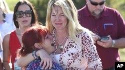 Roditelji čekaju vijesti poslije izveštaja o pucnjavi u srednjoj školi Stoneman Douglas High School u Parklandu, Florida.