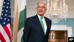 """خواجه آصف همچنین گفته است که امریکا نباید """"بار ملامتی ناکامی"""" های خود را در افغانستان به دوش پاکستان بیاندازد."""