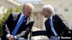 រូបភាពឯកសារ៖ លោកប្រធានាធិបតី Trump និយាយជាមួយលោក Jeff Sessions រដ្ឋមន្ត្រីក្រសួងយុត្តិធម៌នៅពេលដែលពួកគាត់ចូលរួមកម្មវិធីរំលឹកវិញ្ញាណក្ខន្ធមន្រ្តីសន្តិភាណជាតិនៅ West Lawn នៅសេតវិមានរដ្ឋធានីវ៉ាស៊ីនតោនកាលពីថ្ងៃទី២៥ ឧសភា ២០១៧។