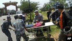 Salah seorang korban selamat dari pesawat Nepal yang nahas, diangkut ke kota terdekat Pokhara, Nepal. 15 orang tewas dan 6 lainnya luka parah dalam kecelakaan ini (14/5).