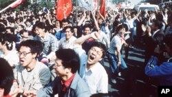 រូបភាពឯកសារ៖ និស្សិតចិនស្រែកហ៊ោ បន្ទាប់ពីទម្លុះរបាំងការពាររបស់ប៉ូលិស នៅក្នុងបាតុកម្មនៅទីលាន Tiananmen ក្នុងក្រុងប៉េកាំង កាលពីថ្ងៃទី៤ ខែឧសភា ឆ្នាំ១៩៨៩។