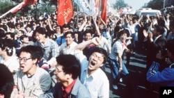 资料照片:大学生走上北京街头游行,呼吁民主。(1989年5月4日)