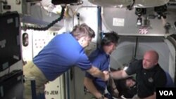 Komandan Endeavour Mark Kelly disambut oleh awak ISS saat tiba di stasiun antariksa (18/5).