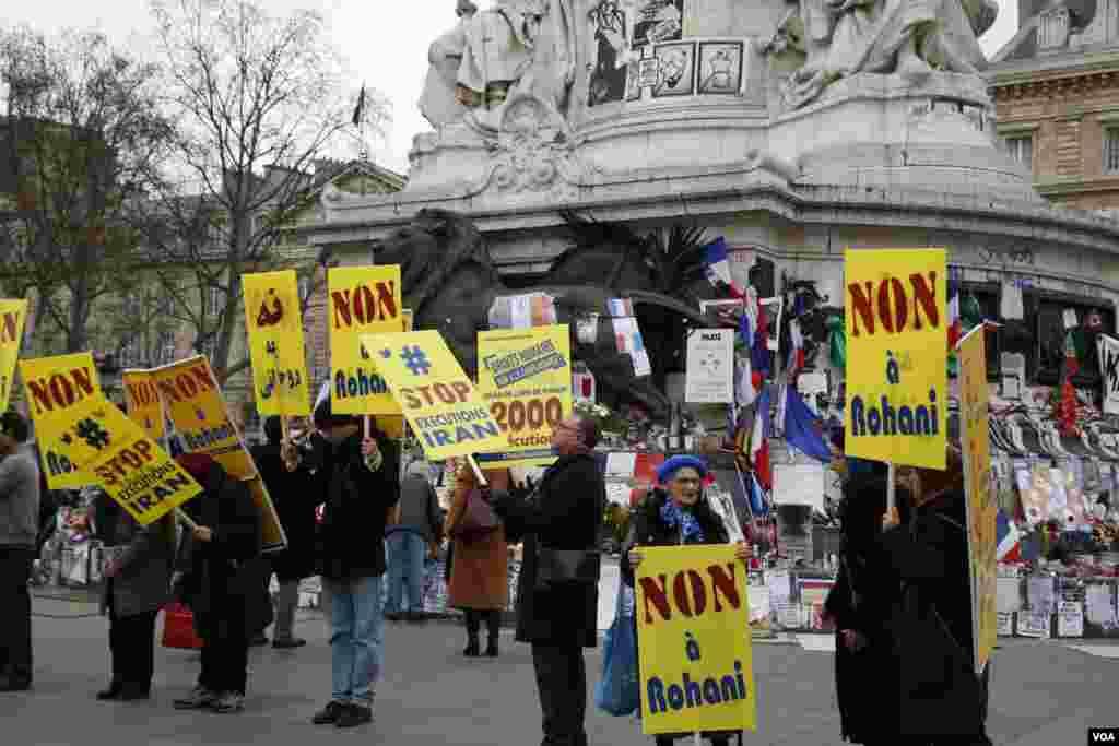 """معترضان مجاهد پلاکاردهایی با مضمون """"نه به روحانی"""" در دست داشتند."""