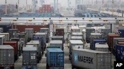 Фуры выстроились в очередь на погрузку в порт Лос-Анджелеса. 5 декабря 2012 года