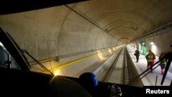 Terowongan Gotthard, membentang sepanjang 57 kilometer di bawahpegunungan Alpen, Swiss (1/6).