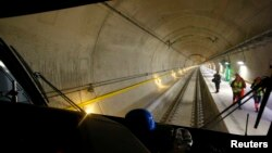 Con una longitud de 57 kilómetros, el túnel atraviesa el Gotthard Massiff incluyendo la montaña Piz Vatgira, en ruta hacia Italia.