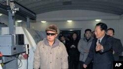 현지지도를 나온 김정일 위원장과 북한 지도층 간부들 (자료사진)